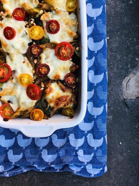 Een heerlijke vegetarische ovenschotel pasta courgette met zelfgemaakte pesto. Een lekkere en gezonde ovenpasta met geroosterde courgette en tomaatjes.