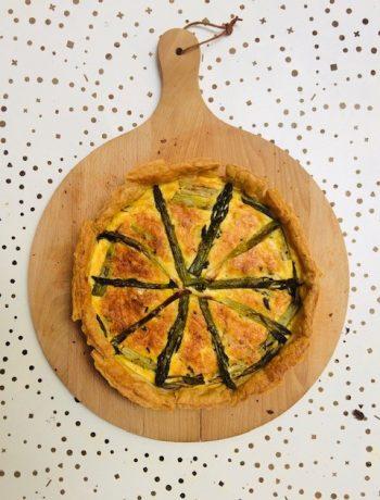 Een echte lente quiche deze hartige taart met groene asperges en geitenkaas. Heerlijk als vegetarisch hoofdgerecht of tijdens een lunch of picknick.