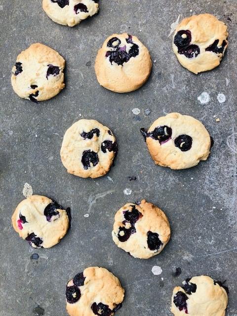 Heerlijke koekjes met blauwe bessen voor bij de koffie. Een snel en makkelijk recept wat binnen no time in de oven staat.