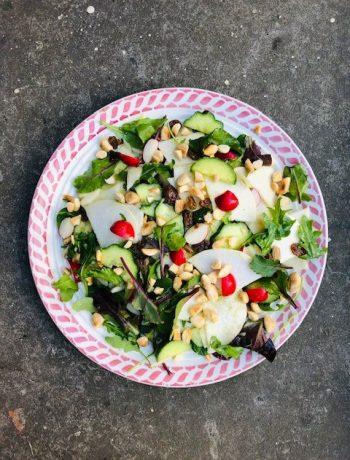 Deze meiraap salade met komkommer, radijsjes, rozijnen en amandelen is een heerlijke rauwkost salade. Geschikt als vegetarische maaltijd salade of als bijgerecht.