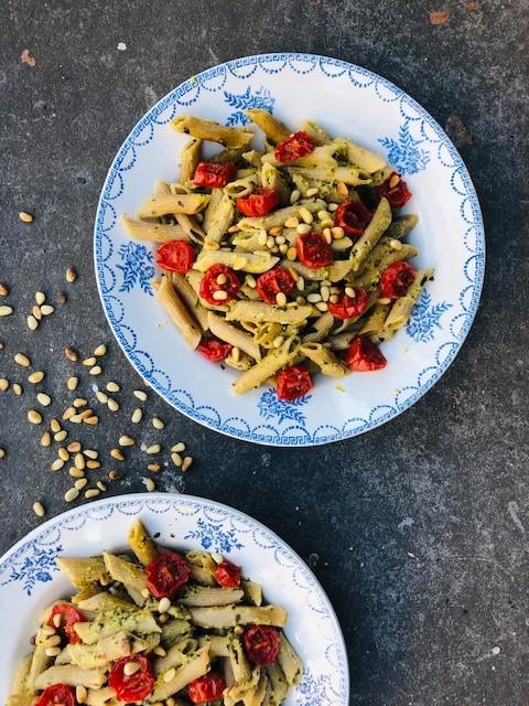 Een heerlijke zachte pasta saus gemaakt van verse geroosterde courgettes. Deze pasta met courgettesaus en oven gedroogde tomaatjes is daarom het ideale vegetarische en gezonde pasta gerecht.