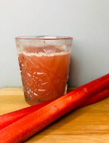 Zelf je rabarber gember siroop maken is veel makkelijker dan je denkt! Probeer het eens en drink voortaan je zelfgemaakte limonade.