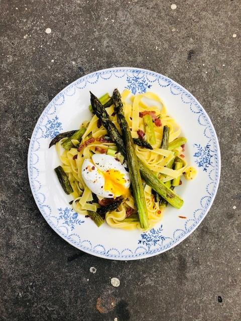Een heerlijk en verrassend pasta recept, deze pasta met groene asperges en gepocheerd ei. Met geroosterde groene asperges, uitgebakken spekjes en een heerlijk zacht gepocheerd ei.