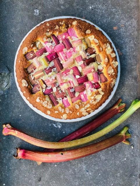 Een heerlijk luchtige en zoet zurige rabarber spelt cake met ricotta. Een makkelijk en snel cake recept, met de looks van een prachtige taart.