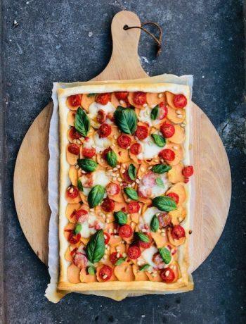 Een vegetarische plaattaart met zoete aardappel, tomaat, mozzarella en basilicum. Een kleurrijke hartige taart met Italiaanse twist. Heerlijk als vegetarisch hoofdgerecht.