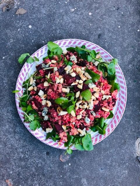 Een heerlijke voedzame vegetarische bulgur salade met rode biet geroosterd in de oven, waterkers, amandelen en blauwe kaas. Een ideale en gezonde maaltijdsalade.