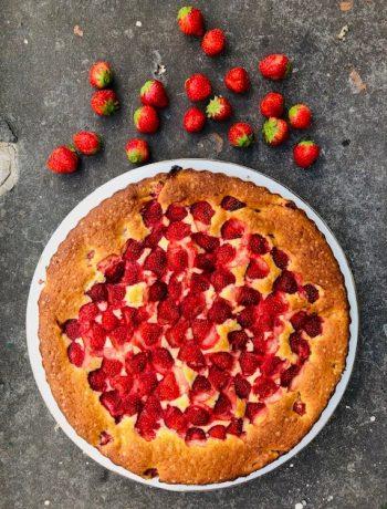 Een heerlijke zomerse fris zoete aardbeien ricotta cake. Een makkelijk en snel cake recept met verse aardbeien, speltbloem en ricotta. Probeer hem zelf!