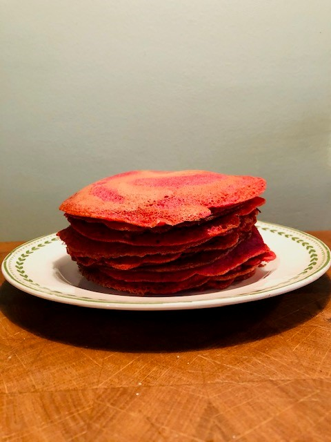Kleurrijke boekweit bieten pannenkoeken. Zonder schuldgevoel heerlijk pannenkoeken eten? Het kan met deze glutenvrije pannenkoeken met rode biet.