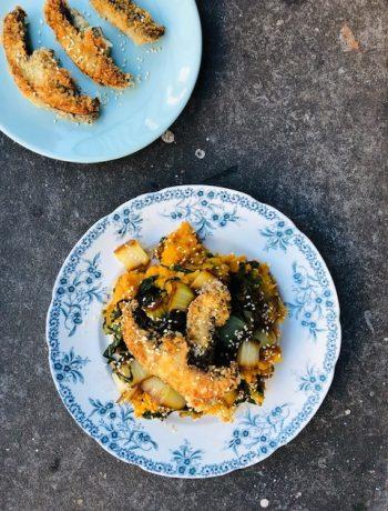 Een verrassende stamppot paksoi zoete aardappel met een Oosterse twist en heerlijke gepaneerde en krokant gebakken portobello. Een heerlijk en gezond vegetarisch hoofdgerecht.