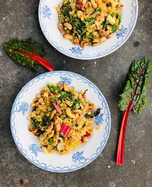 Lekker en gezond hoeft niet altijd ingewikkeld te zijn. Je kunt je snijbiet roerbakken met noedels en ei bijvoorbeeld. Een heerlijke en snelle vegetarische maaltijd.