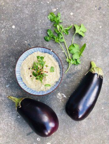 Baba ganoush is een heerlijke aubergine dip die zijn oorsprong kent in het midden oosten. Baba ganoush maken is makkelijk en lekker en een goede toevoeging tijdens een borrel of picknick.