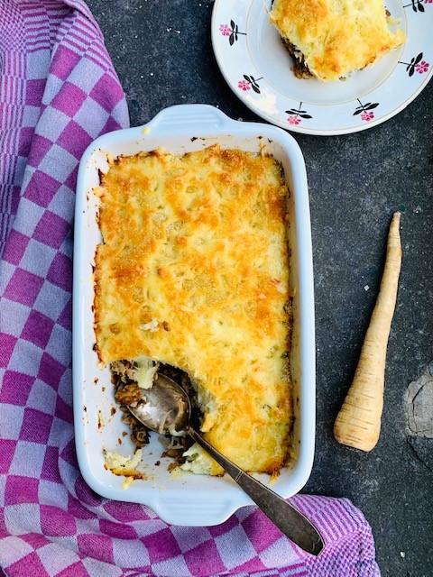 Een winterse vegetarische ovenschotel met champignons, noten en pastinaakpuree on top.