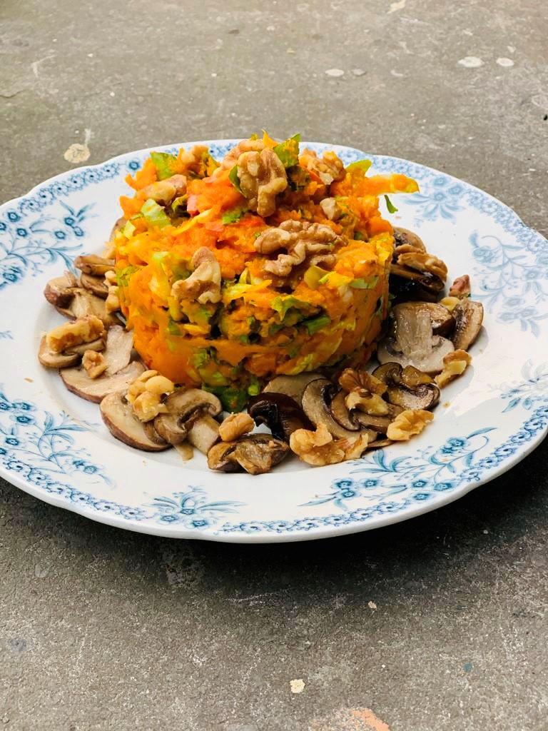 Een kleurrijke veganistische en vegetarische pompoen stamppot met andijvie en kastanje champignons. Een gezonde en smaakvolle maaltijd met geroosterde pompoen.