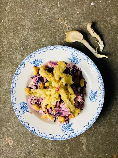 Een heerlijke frisse en pittige Aziatische koolsalade van rode kool en Chinese kool met oesterzwam tempura. Een feestelijk vegetarisch voorgerecht óf hoofdgerecht.