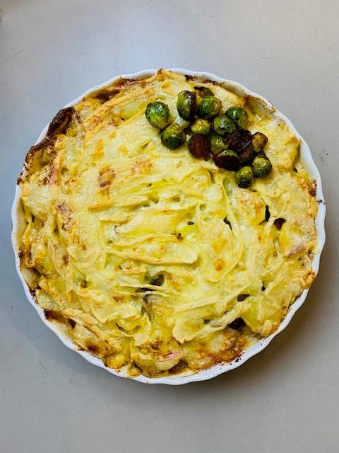 Een vegetarische variant op een Franse klassieker, deze vegetarische tartiflette met spruitjes. In plaats van pittige spekjes zorgen de pikante spruitjes voor de pit.