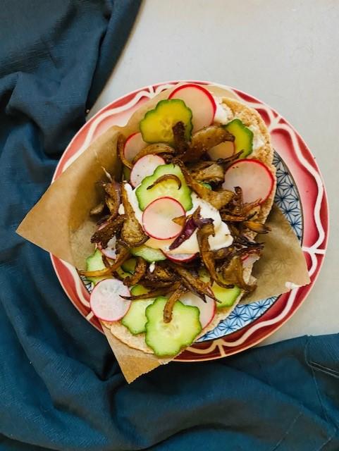 Een heerlijk gevuld pitabroodje met zelfgemaakte vegetarische shoarma van oesterzwam. Een makkelijke, snelle en gezonde variant op de klassieke shoarma.
